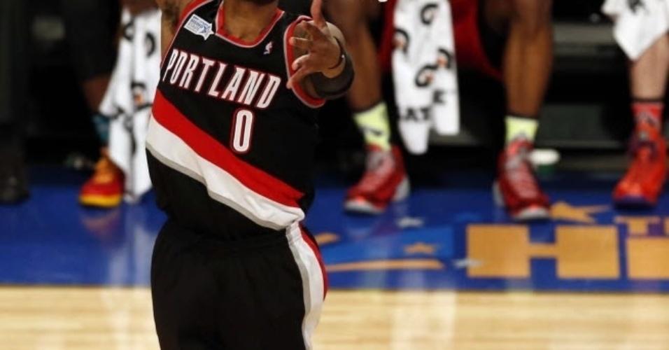 14.fev.2014 - Damian Lillard enterra durante o jogo dos novatos da NBA