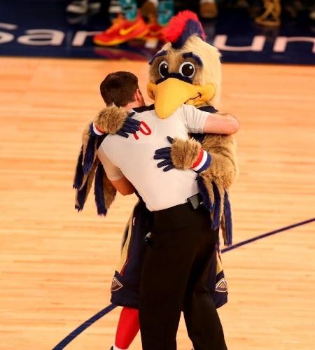14.fev.2014 - O mascote do New Orleans Hornets abraça árbitro da partida dos calouros da NBA