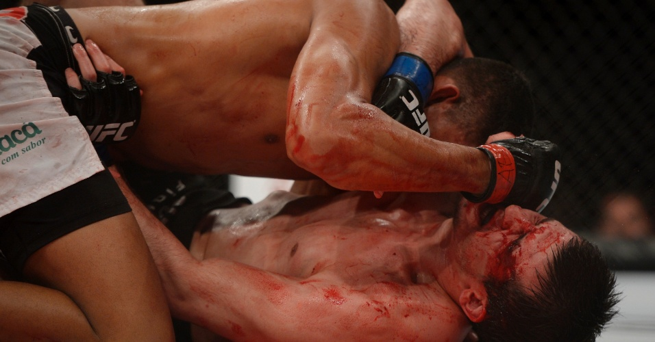 15.fev.2014 - Ildemar Marajó castigou Albert Tumenov no ground and pound durante luta no UFC Jaraguá do Sul