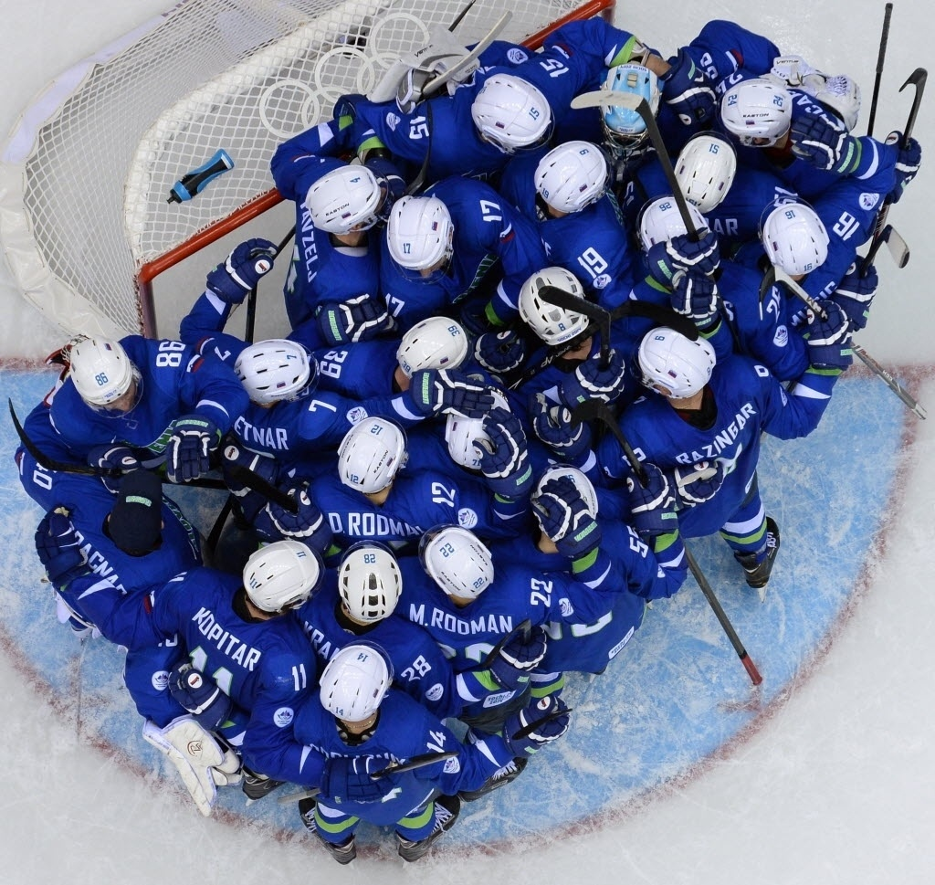 15.fev.2014 - Jogadores da Eslovênia se amontam no gol para comemorar a vitória sobre