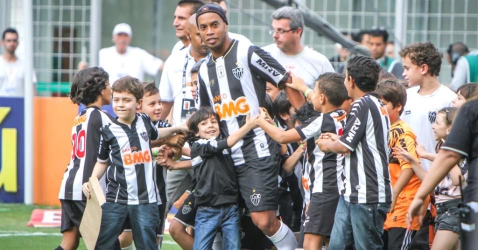 Ronaldinho Gaúcho é um dos mais assediados pelos pequenos mascotes do Atlético-MG (8/12/2014)