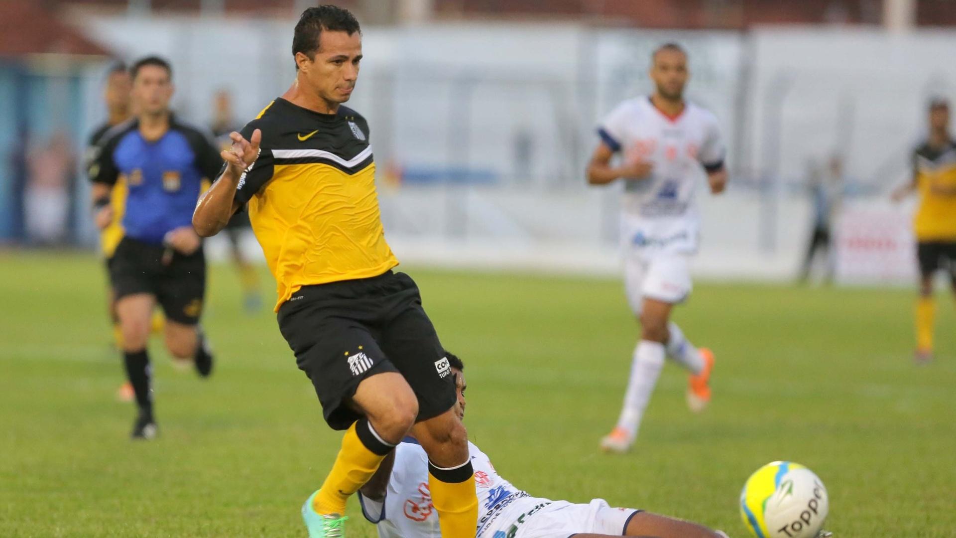 16.fev.2014 - Leandro Damião recebe carrinho em jogo do Santos contra o Penapolense, pelo Campeonato Paulista