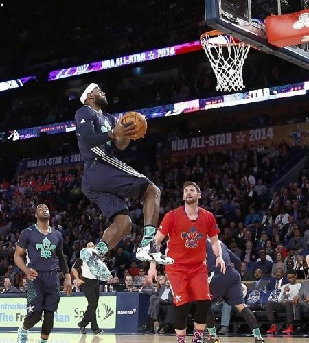 16.fev.2014 - LeBron James, em 5 minutos de jog, já havia dado quatro enterradas
