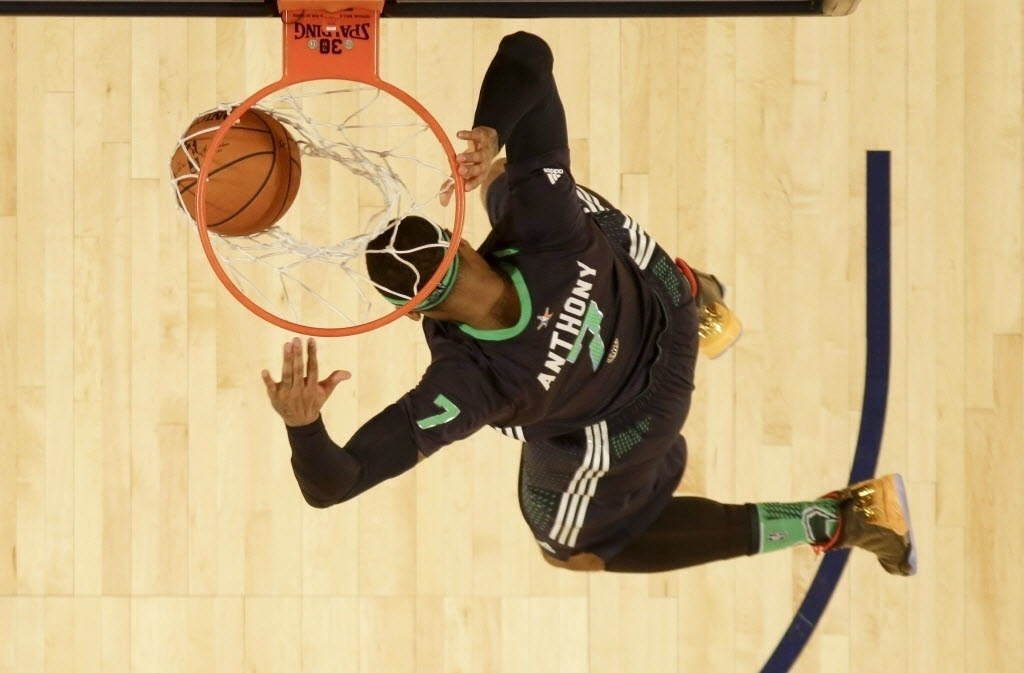 16.fev.2014 - Carmelo Anthony enterra durante o All-Star Game