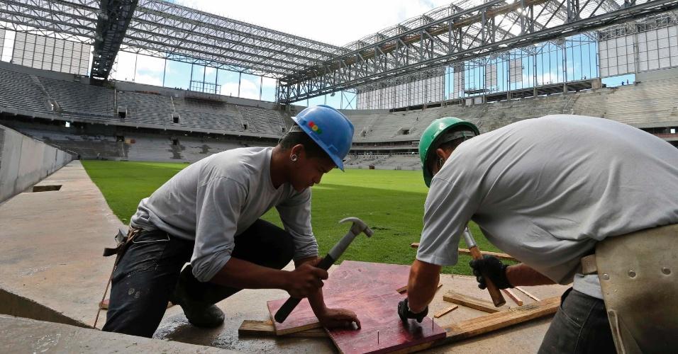 17.fev.2014 - Meta do Atlético-PR é aumentar número de funcionários trabalhando no estádio para 1.500 em março