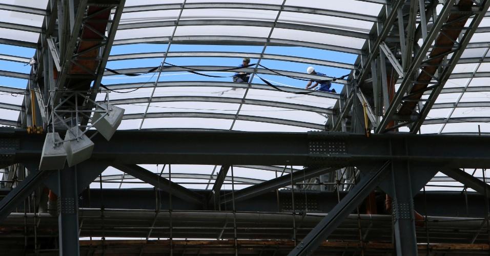 17.fev.2014 - Trabalhadores instalam cobertura do estádio, um dos avanços na obra requisitados pela Fifa para 18 de fevereiro