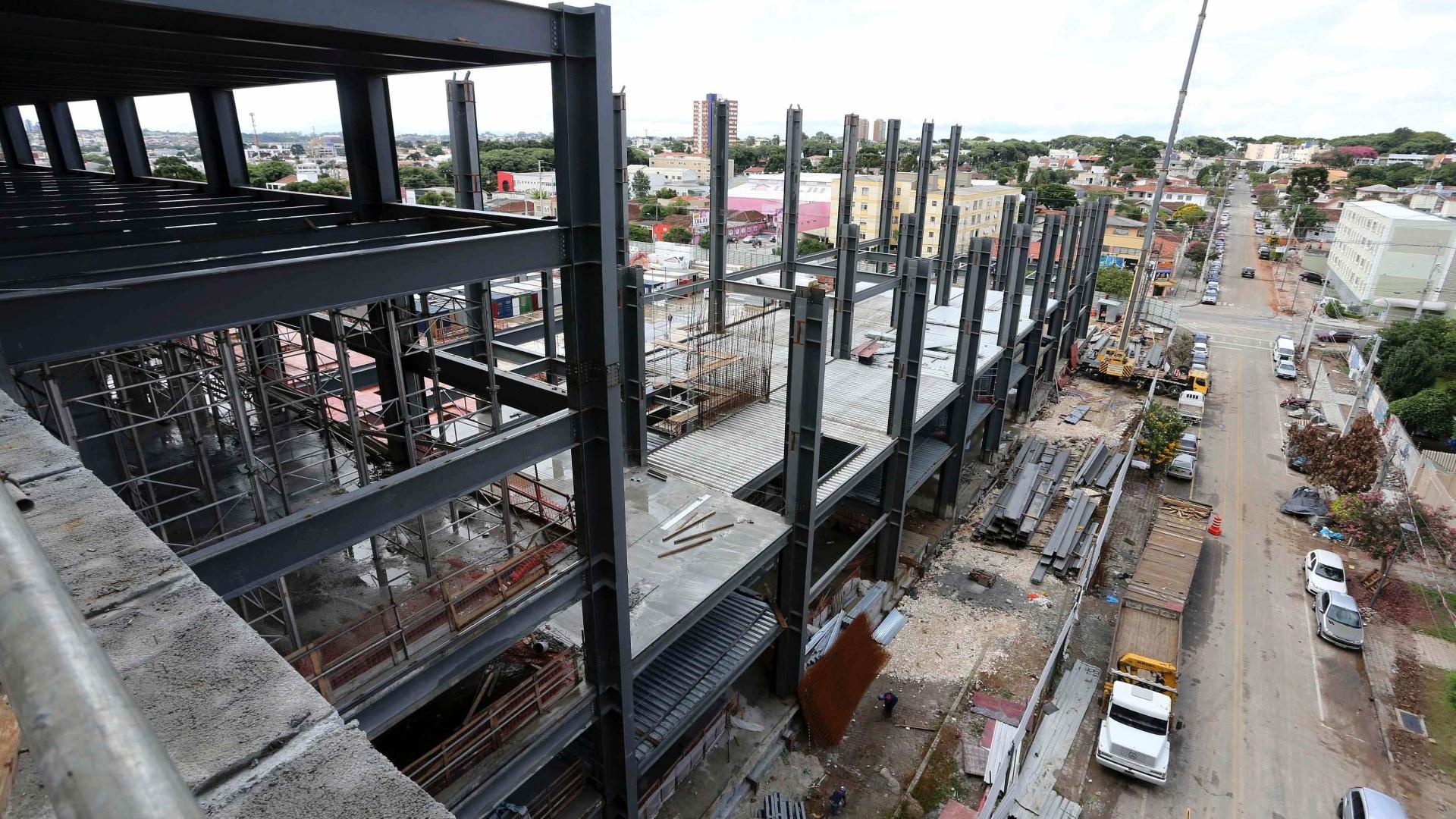 17.fev.2014 - Vista de área externa da Arena da Baixada, ainda sem acabamento