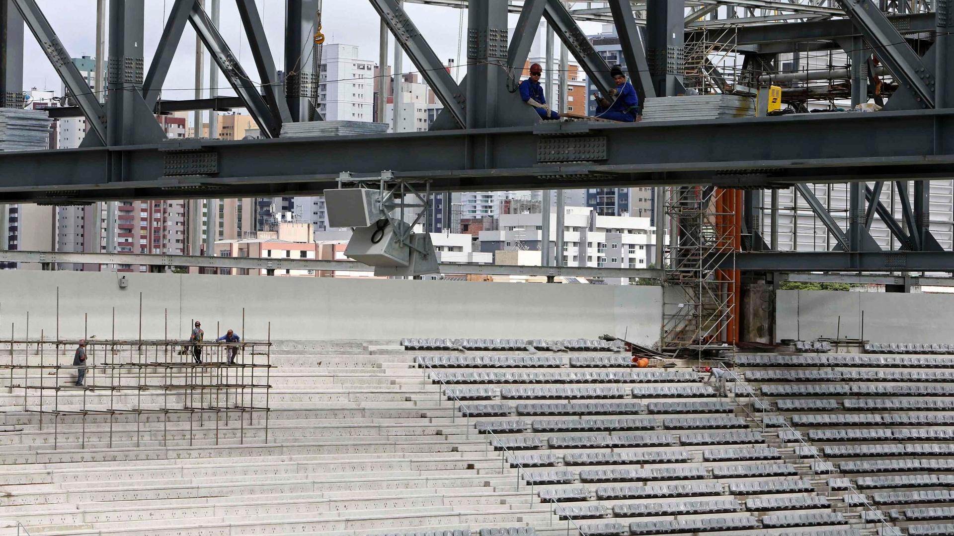 17.fev.2014 - Vista de uma das arquibancadas da Arena da Baixada, ainda sem a instalação completa dos assentos