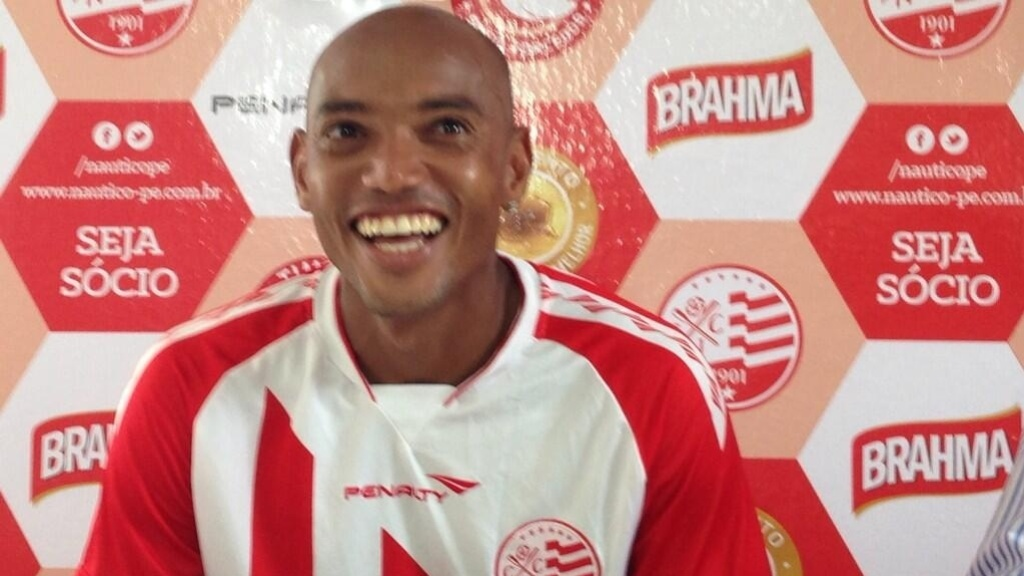Luiz Alberto veste a camisa do Náutico durante sua apresentação oficial