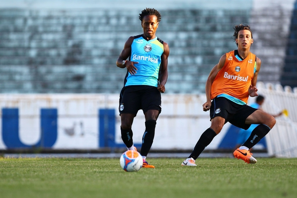 Meia Zé Roberto em treino do Grêmio observado por Pedro Geromel no estádio Olímpico (17/02/2014)
