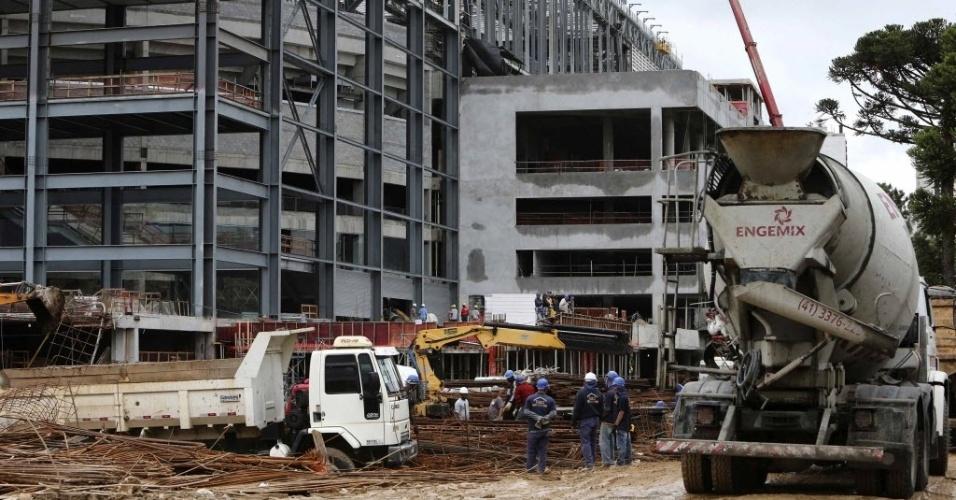 18. fev. 2014 - Operários trabalham dentro e fora da Arena da Baixada para que as obras fiquem prontas a tempo da Copa do Mundo