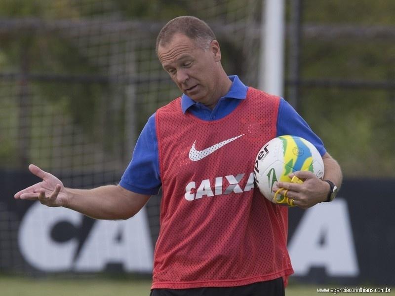 18.10.2014 - Mano Menezes, técnico do Corinthians, comanda o treino do clube no CT Joaquim Grava