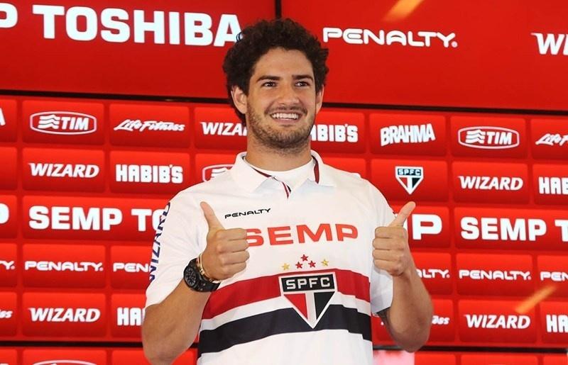18.fev.2014 - Alexandre Pato é apresentado pelo São Paulo no CT da Barra Funda