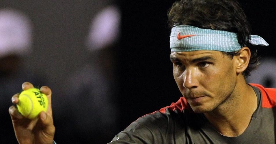 18.fev.2014 - Rafael Nadal mostra a bola nova para Gimeno-Traver antes de sacar na primeira rodada do Rio