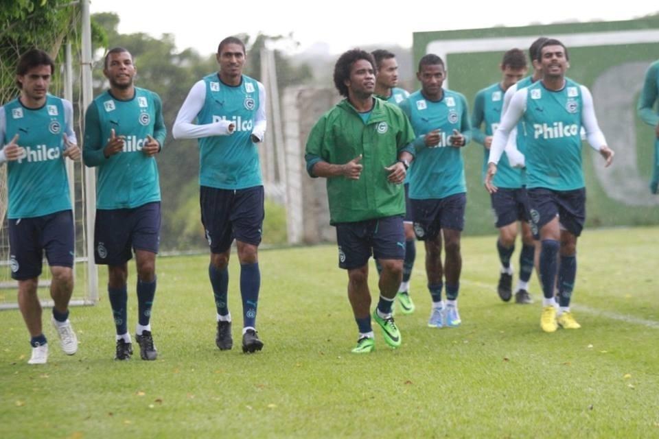 Carlos Alberto (centro) participa de treinamento com o restante do elenco do Goiás