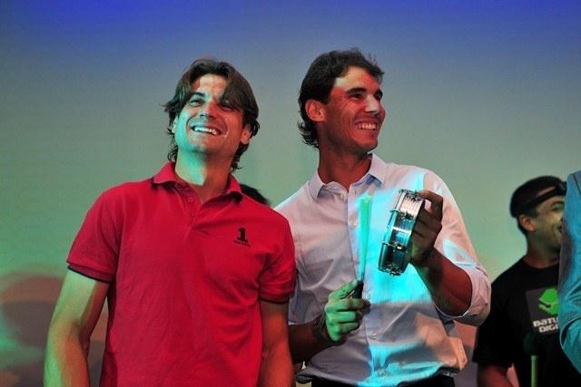 David Ferrer (esq.) e Rafael Nadal se divertem com grupo de samba durante jantar do Rio Open