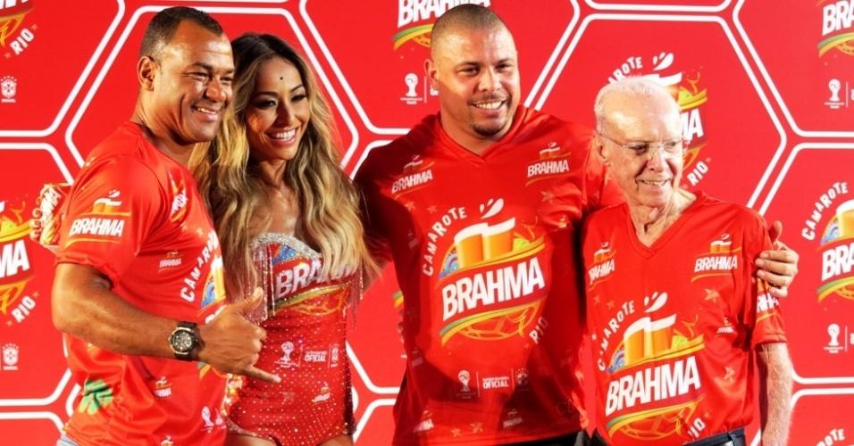 18.fev.2014 Cafu (e), Sabrina Sato, Ronaldo e Zagallo (d) participam de lançamento de camarote carnavalesco no Maracanã, no Rio de Janeiro