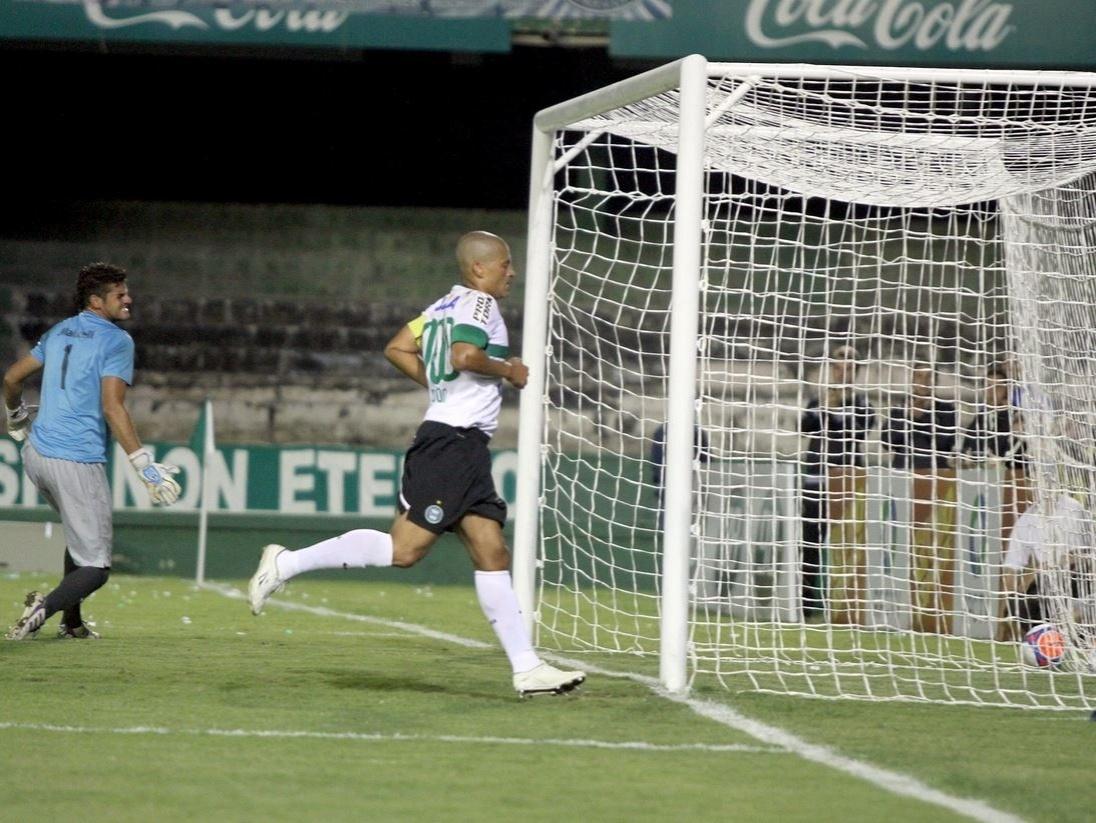 19.fev.2014 - Meia Alex corre para comemorar gol do Coritiba em seu milésimo jogo na carreira, contra o J. Malucelli, no Couto Pereira