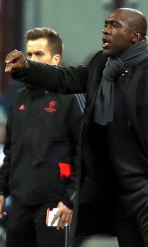 19.fev.2014 - Técnico Seedorf orienta equipe do Milan no San Siro durante duelo contra o Atlético de Madri, pelas oitavas da Liga dos Campeões