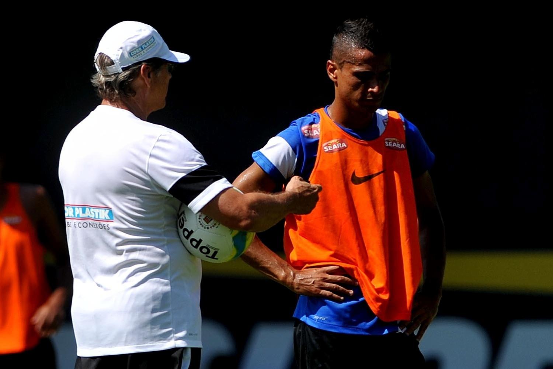 Cícero segue na mira do futebol chinês, e Oswaldo tenta convencê-lo a permanecer no Santos