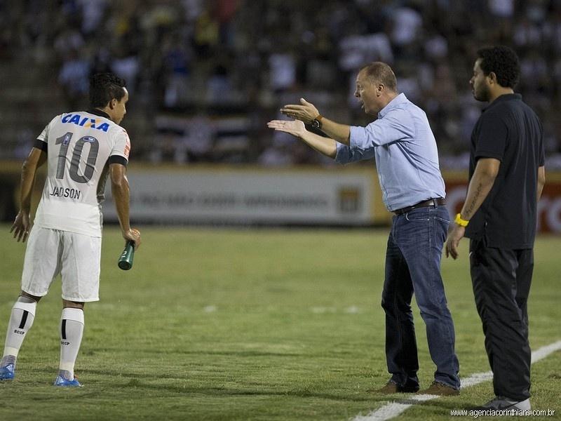 19.02.2014 - Mano Menezes, técnico do Corinthians, orienta o meia Jadson na partida contra o Oeste, pelo Campeonato Paulista