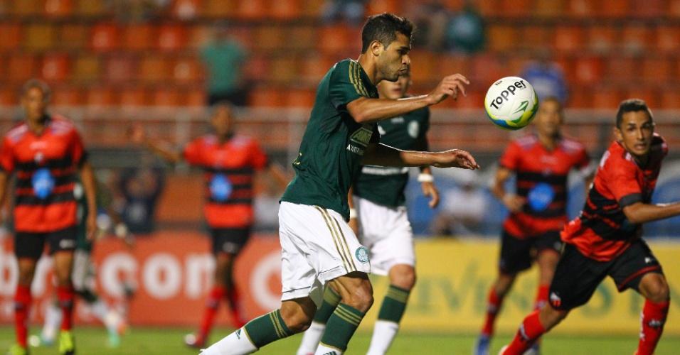 19.fev.2014 - Atacante Alan Kardec ajeita a bola para finalizar e marcar o gol do Palmeiras na partida contra o Ituano