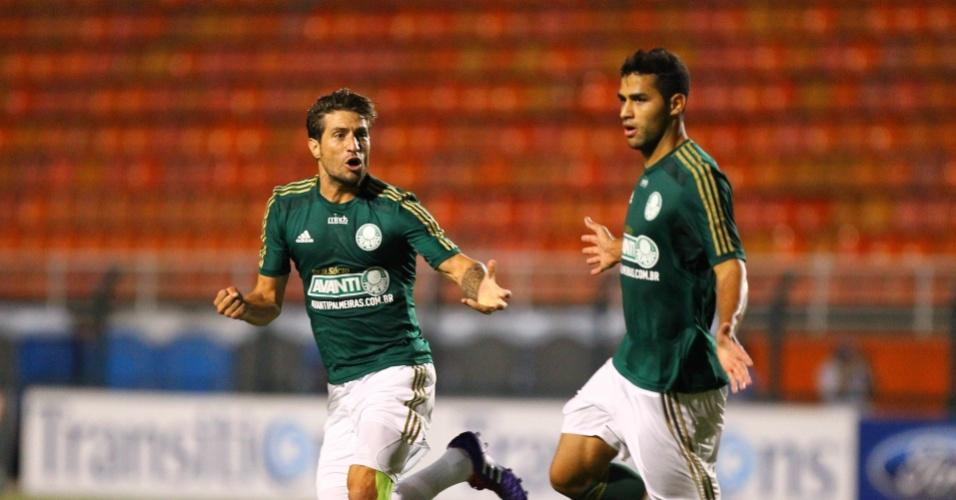 19.fev.2014 - Atacante Alan Kardec comemora ao lado de Eguren o seu gol na partida entre Palmeiras e Ituano