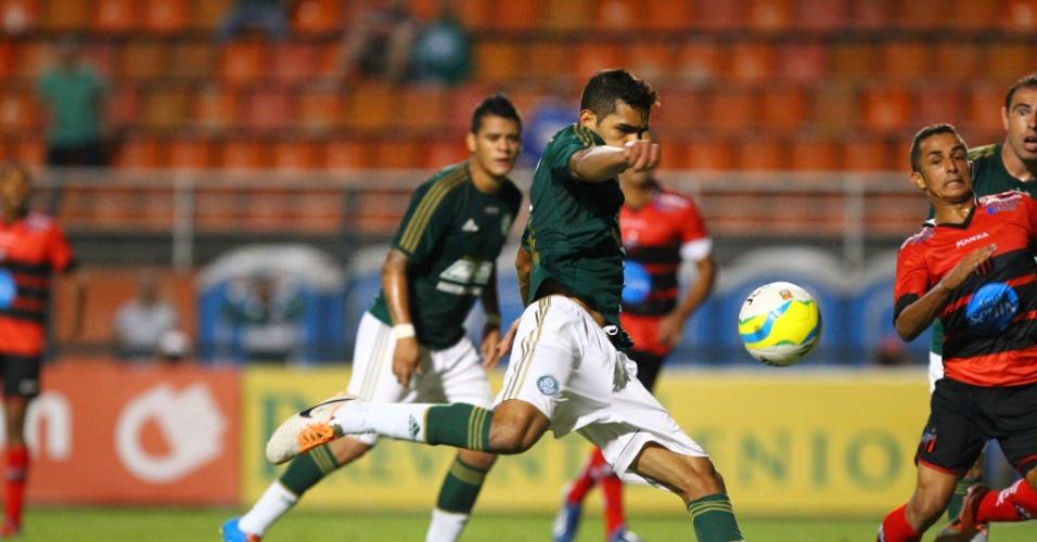 19.fev.2014 - Atacante Alan Kardec finaliza para marcar o gol do Palmeiras na partida contra o Ituano