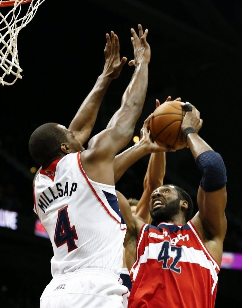 20.fev.2014 - Nenê Hilário (dir.) participa da vitória do Washington Wizards sobre o Atlanta Hawks; pivô brasileiro fez 10 pontos e pegou 6 rebotes