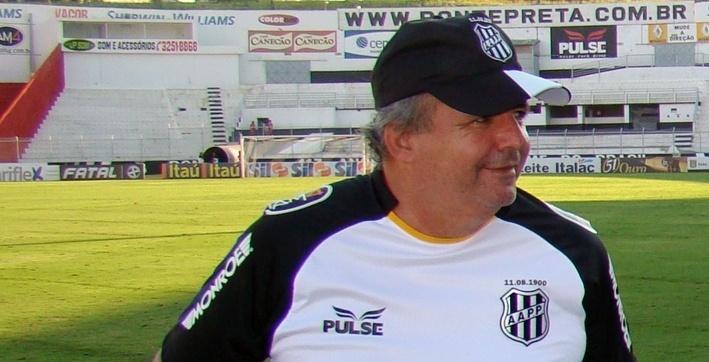 20.fev.2014 - Vadão deixa o campo após comandar treino da Ponte Preta