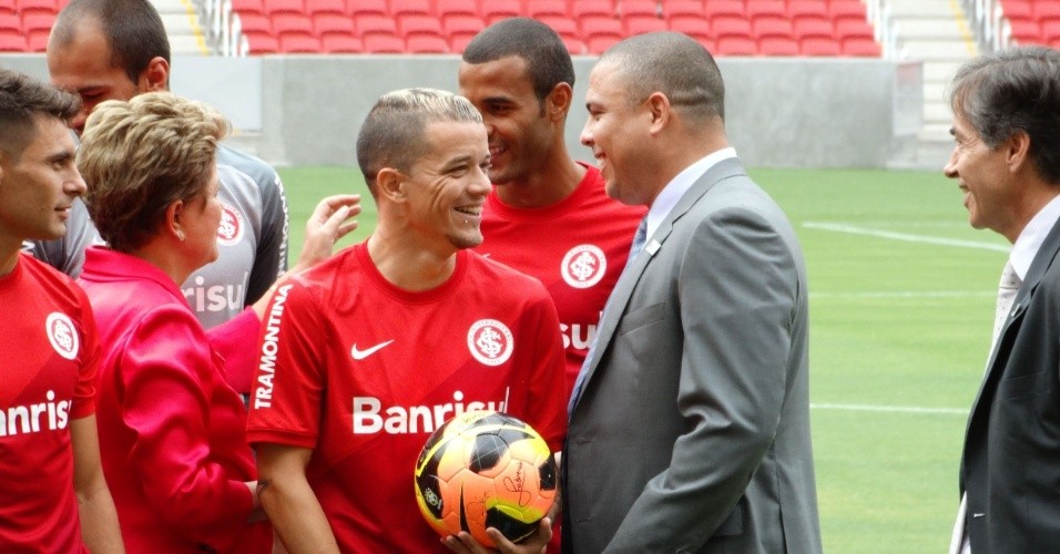20.fev.2014 - Ronaldo Fenômeno conversa com D'Alessandro durante inauguração do estádio Beira-Rio, em Porto Alegre