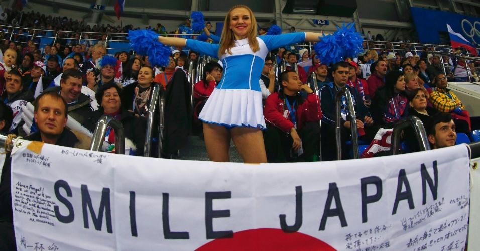 11.02.14 - Cheerleader se apresenta na partida entre Rússia e Japão no hóquei no gelo feminino