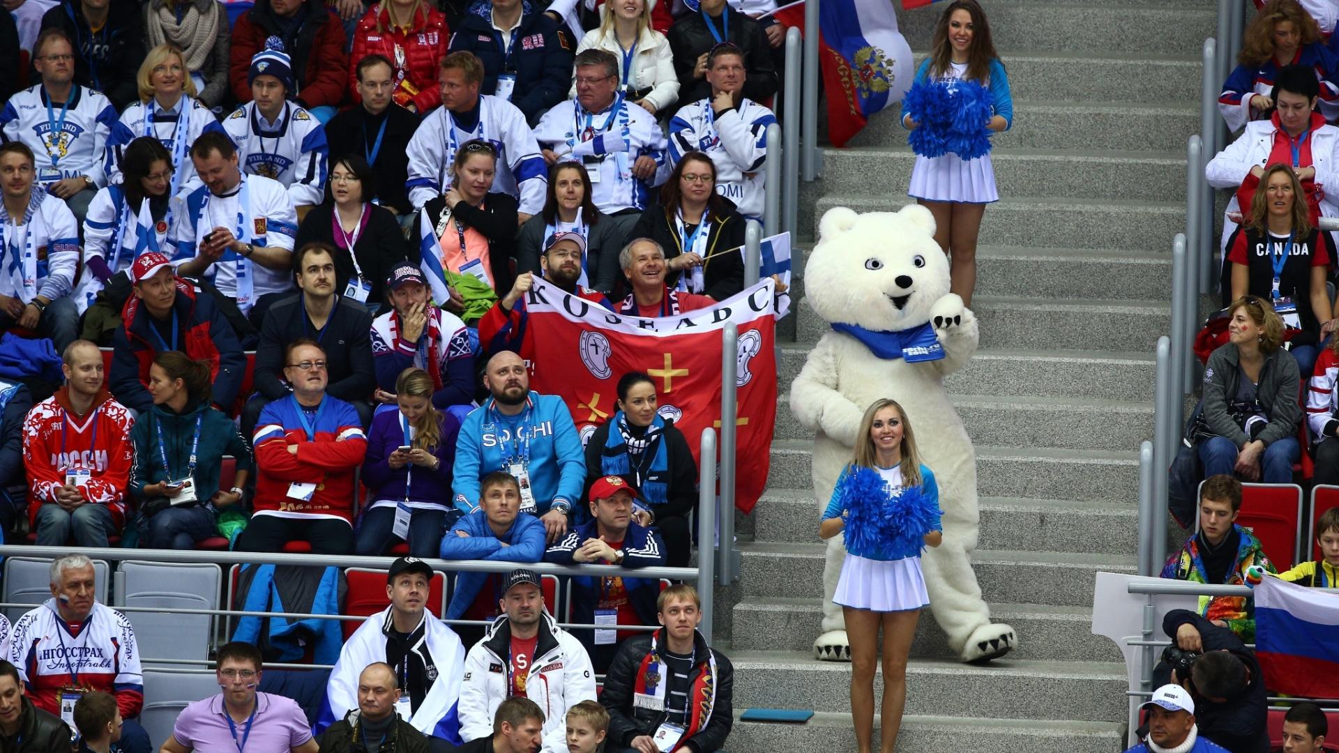 19.02.14 - Cheerleaders se apresentam em jogo das quartas de final do hóquei no gelo masculino em Sochi