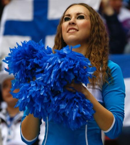 21.02.14 - Cheerleader na partida entre Finlândia e Suécia, pela semifinal do torneio masculino de hóquei no gelo