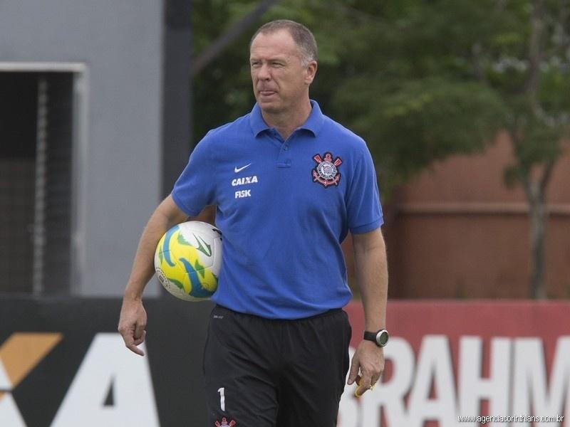 21.02.2014 - Mano Menezes, técnico do Corinthians, comanda o treino do clube no CT Joaquim Grava