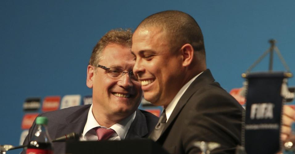 21.fev.2014 - Secretário-geral da Fifa Jérôme Valcke e Ronaldo conversam descontraídos durante congresso realizado em Florianópolis