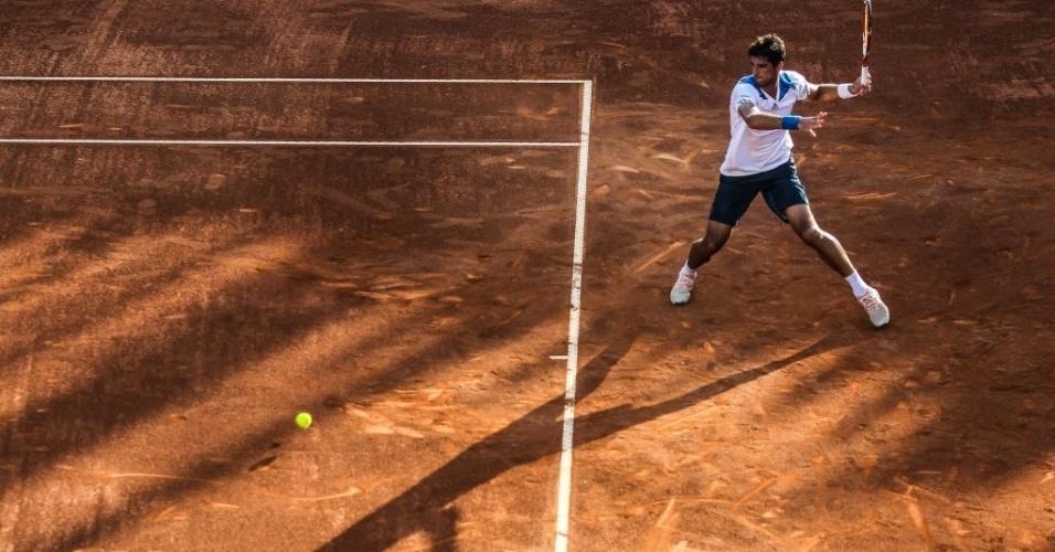 21.fev.2014 - Thomaz Bellucci bate bola no fundo de quadra no duelo com David Ferrer no Rio