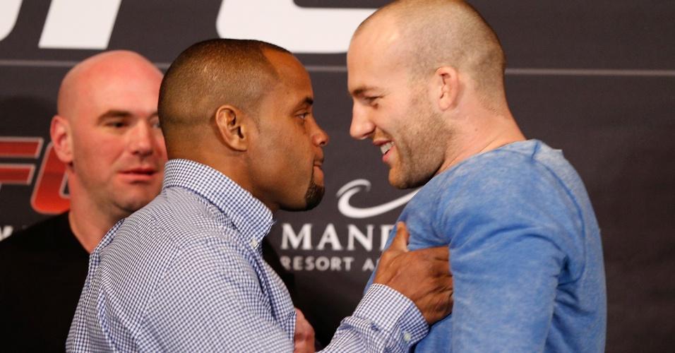 Antes de fazer sua estreia como meio-pesado, Daniel Cormier faz uma encarada tensa e empurra seu rival Patrick Cummins na coletiva do UFC 170