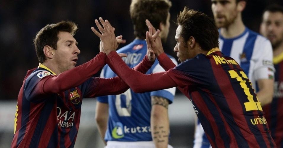 22.fev.2014 - Autor do gol do Barcelona, Messi comemora com Neymar em jogo contra a Real Sociedad