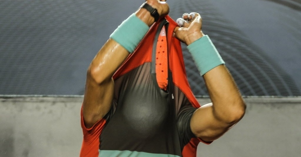 22.fev.2014 - Com um revés no primeiro set e uma terceira parcial equilibrada, Rafael Nadal bateu Pablo Andujar e avançou à decisão do Rio Open