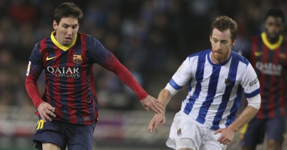 22.fev.2014 - Lionel Messi tenta jogada individual em jogo do Barcelona contra a Real Sociedad pelo Campeonato Espanhol