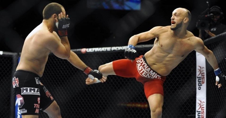 22.fev.2014 - Yosdenis Cedeno, de luva azul, luta contra Ernest Chavez pelo UFC 170. Chavez venceu por decisão dividida