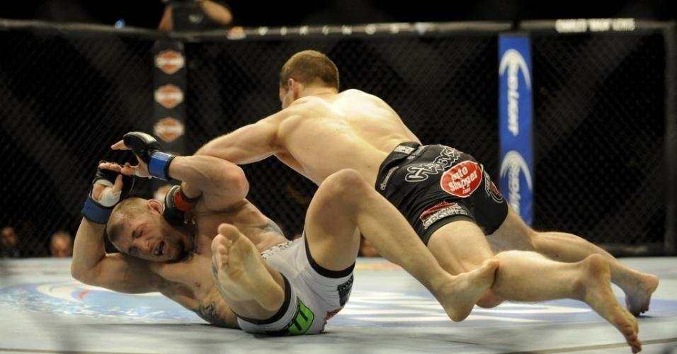 22.fev.2014 - Zach Makovsky golpeia Josh Sampo no UFC 170. Makovsky venceu por decisão unânime