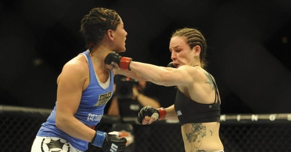 22.fev.2014 - Jessica Eye e Alexis Davis trocam golpes no UFC 170, pelo card preliminar. Alexis Davis ganhou por decisão dividida