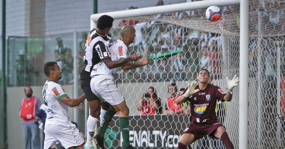 23 fev 2014 - No segundo tempo, com o gramado molhado pelo sistema de irrigação, o Atlético-MG fez três gols, um deles com Jô