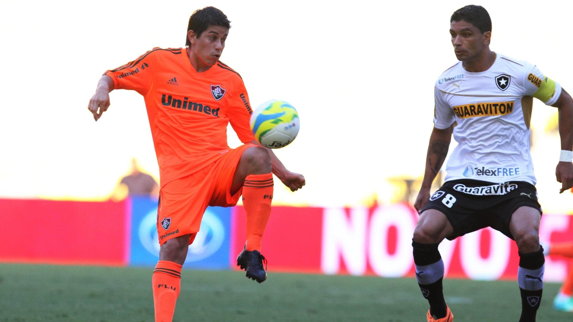 23.fev.2014 - Conca domina a bola observado de perto por Renato, do Botafogo, no clássico pelo Campeonato Carioca