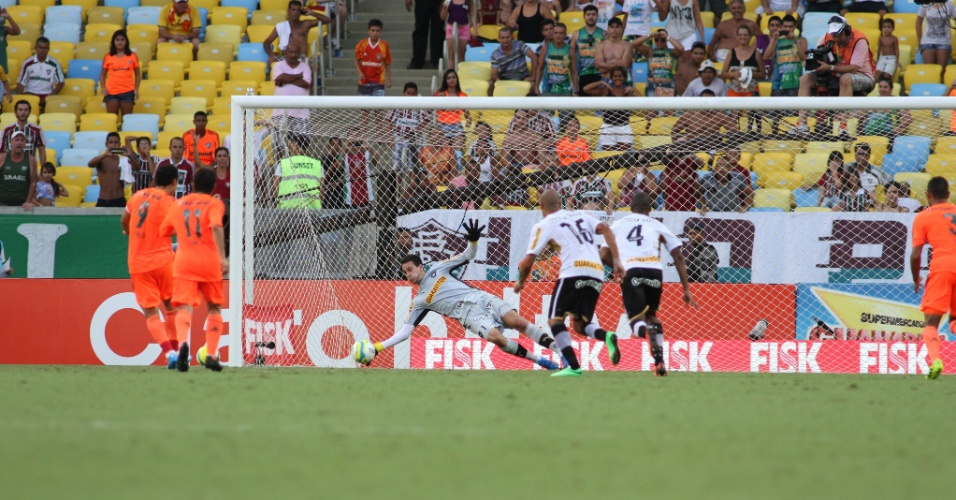 23.fev.2014 - Fred desperdiça cobrança de pênalti no clássico contra o Botafogo