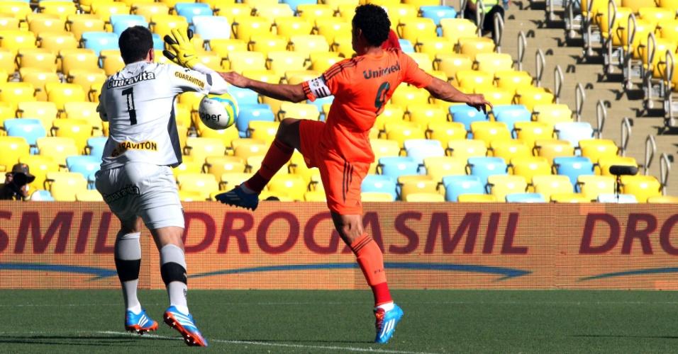 23.fev.2014 - Fred, do Fluminense, tenta se antecipar ao goleiro Helton Leite, do Botafogo, no clássico pelo Campeonato Carioca