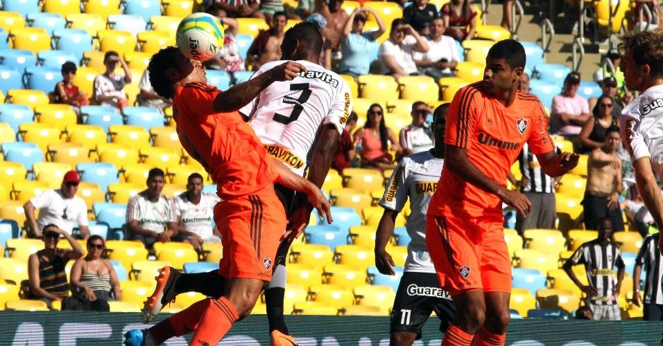 23.fev.2014 - Fred e André Bahia dividem a bola na partida entre Fluminense e Botafogo, pelo Campeonato Carioca