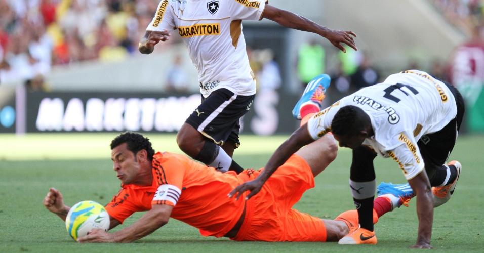 23.fev.2014 - Fred é derrubado por André Bahia, no clássico entre Fluminense e Botafogo, pelo Campeonato Carioca